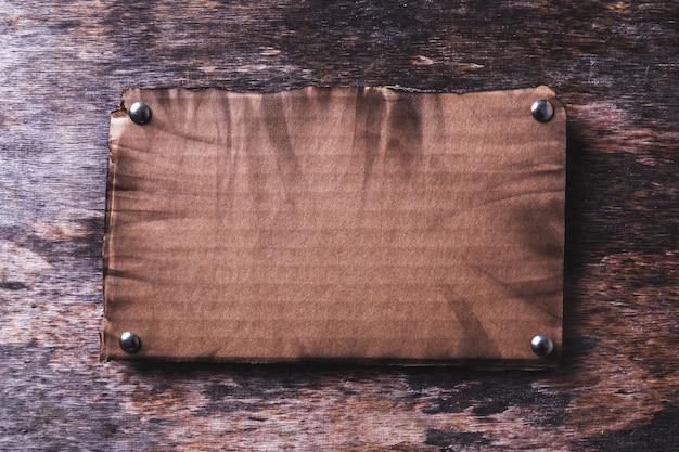 Коробка на деревянной текстуре