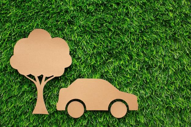 Мультяшный автомобиль и дерево в траве
