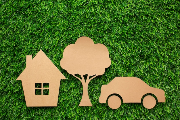 Мультяшный вагон и дерево в траве