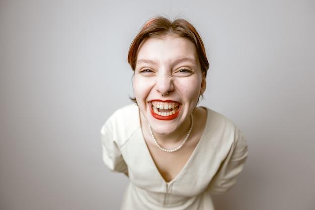 밝은 배경에 큰 머리를 가진 쾌활한 웃는 소녀의 만화 초상화