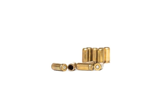 Гильзы от пистолетных патронов изолированы на белом фоне
