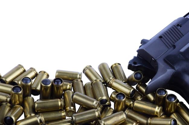 外傷性銃と白い背景の外傷性銃のカートリッジ