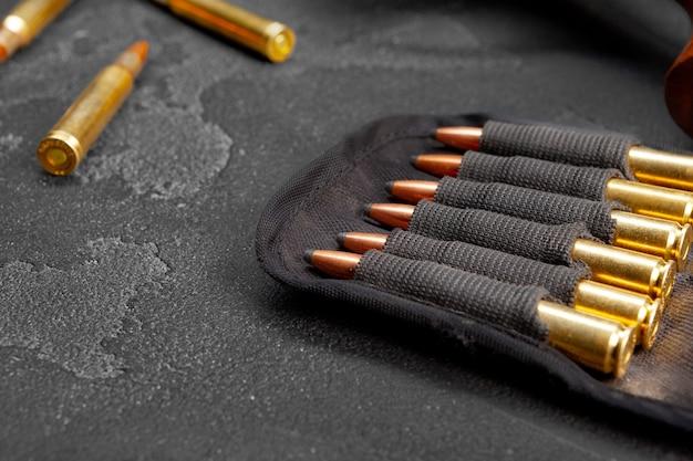 어두운 회색 배경에 소총 또는 카빈 카트리지를 닫습니다.