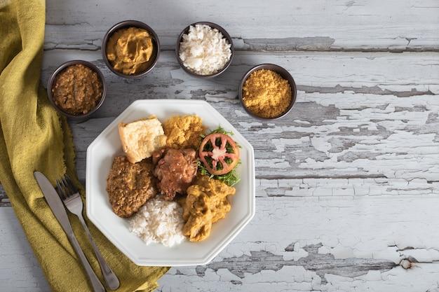 바이아의 전형적인 caruru 전통 아프리카-브라질 음식