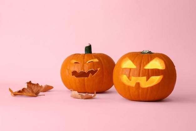 Резные тыквы хэллоуина на цветном фоне