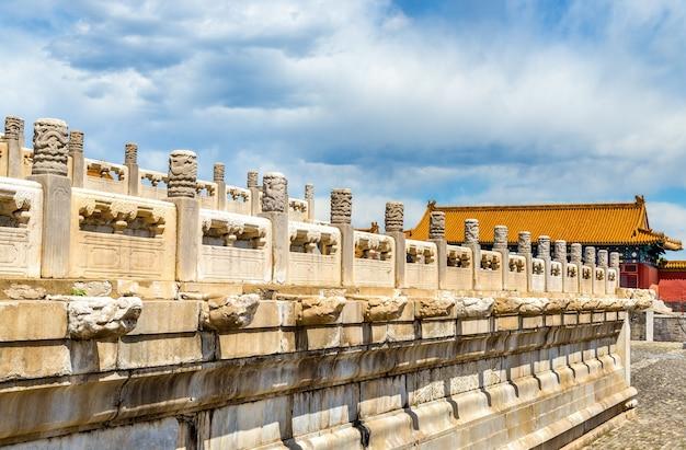Резные украшения из белого мрамора в запретном городе - пекин, китай
