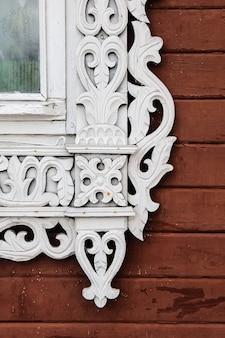 古い家のゴロデツロシアに刻まれた窓の装飾パターン