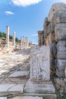 터키 이즈미르 셀주크 에베소에 있는 상업의 신 헤르메스와 숫양의 조각. 터키 에베소 고대 도시에 있는 셀수스 도서관. 에베소는 유네스코 세계 문화 유산입니다.