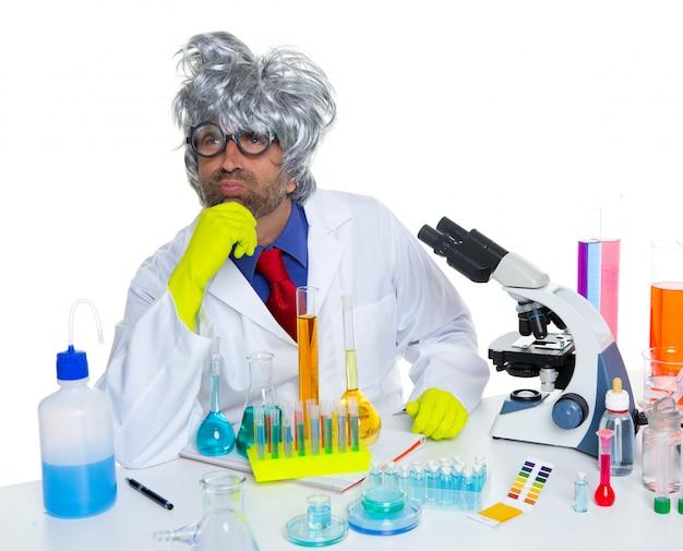 化学実験室での哀れな物思いにふけるオタク科学者