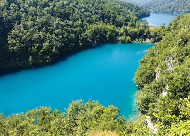 플리트 비체 호수 국립 공원 (크로아티아)의 폭포가있는 하늘빛 맑은 호수 폭포