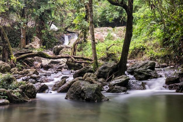 Каскадный водопад движения национального парка сарика, накхоннайок, таиланд. красивый пейзаж в сезон дождей. техника фотографии с длительной выдержкой.