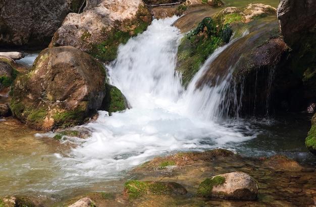 Каскады на весенней горной реке (река коккозка, большой крымский каньон, украина).