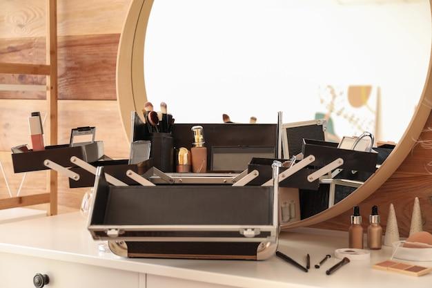 Кейс профессионального визажиста с декоративной косметикой на столе