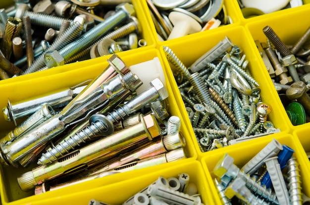 小さな構造物の場合。分離されたツールボックス。ボックスに金属加工修理を設定します。