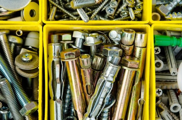 Корпус с небольшими строительными объектами. изолированный ящик для инструментов. установите металлический ремонт в коробке.