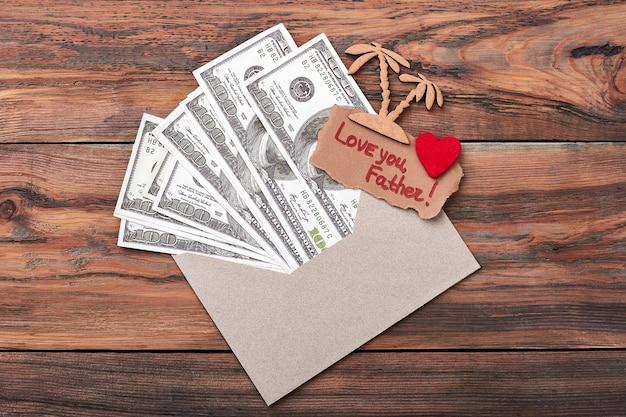 現金とグリーティングカード。ヤシの木とファブリックの心。お父さんへのサプライズ。