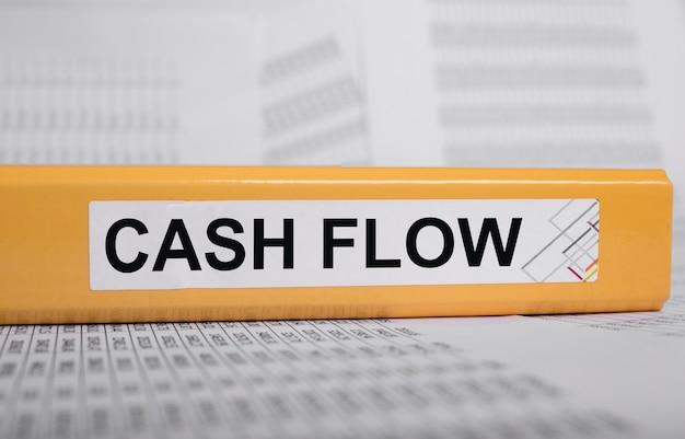 사무실 책상 현금 흐름의 폴더에 현금 흐름표