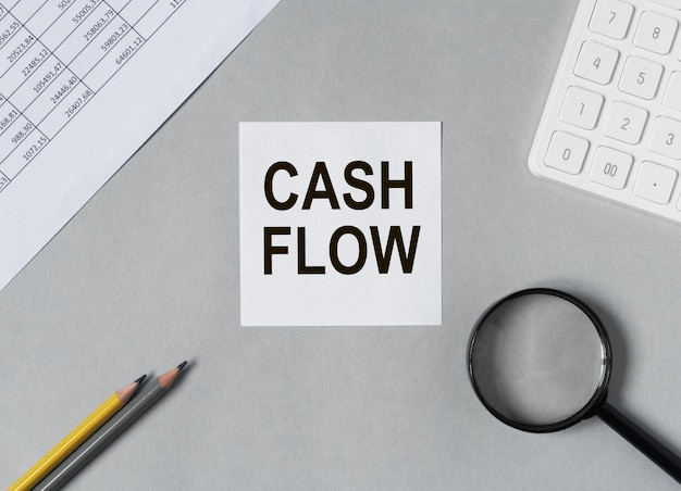 사무실 책상 현금 흐름에 종이에 현금 흐름표