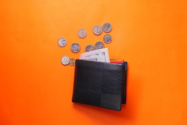 오렌지 공간에 지갑과 동전에 현금