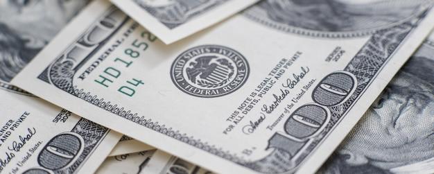 금융 배경으로 큰 더미에 현금 돈