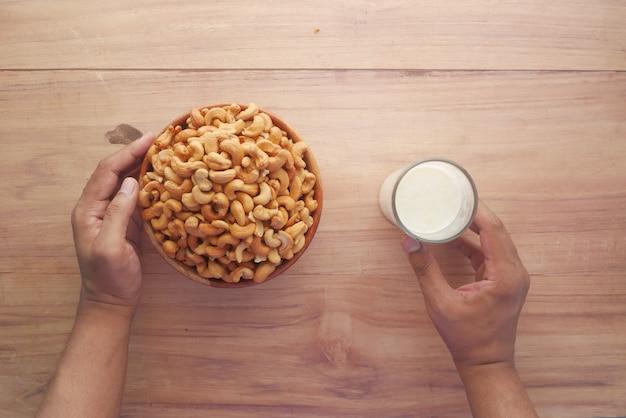 캐슈 너트와 우유의 유리 테이블에 평평하다