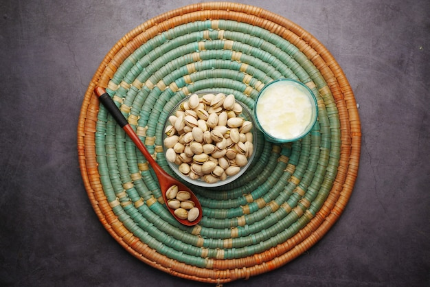캐슈넛과 우유 한 잔이 탁자 위에 평평하게 놓여 있다