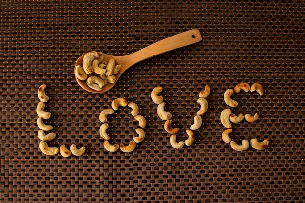 캐슈 너트, 흰색 배경으로 건강 한 씨앗 유리 항아리