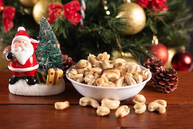 クリスマスの背景に鍋にカシューナッツ
