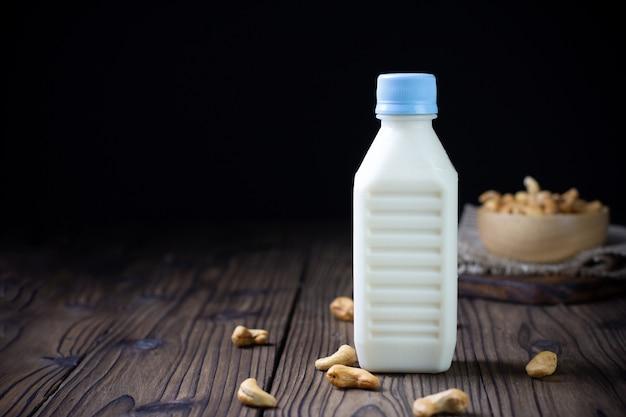 Молоко из орехов кешью в бутылке на столе