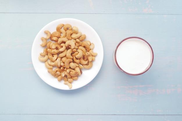 접시와 테이블에 우유에 유리에 캐슈 너트