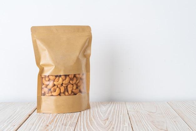 木の表面のバッグのカシューナッツ