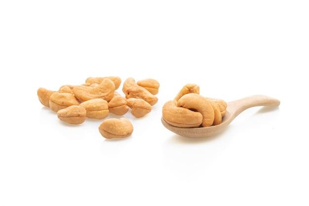 Орехи кешью, изолированные на белом фоне