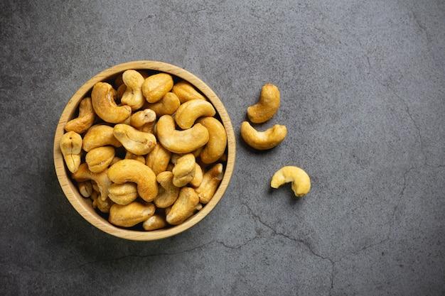 Орехи кешью с солью в миске на столе
