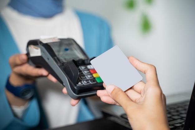 Edc 기계에 신용 카드로 현금없이 지불