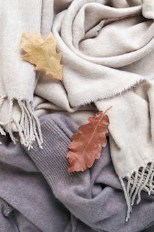 Кашемир натуральная бежевая шерстяная ткань и текстура осенних листьев вид сверху