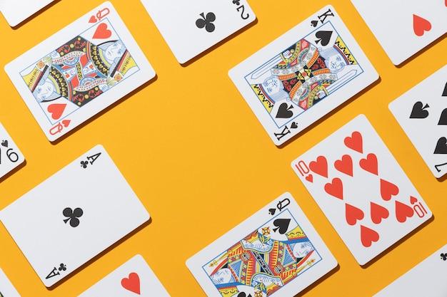 Carte del casinò su sfondo giallo