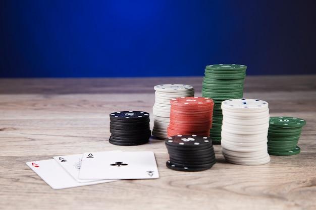 포커 테이블에 카지노 칩과 에이스
