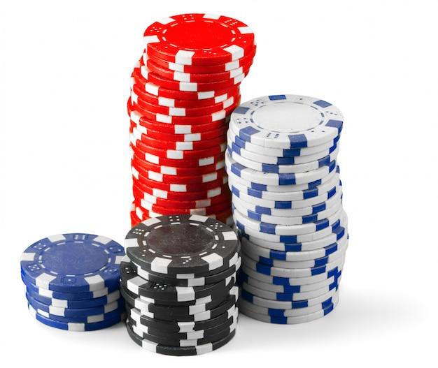 Фишки казино на белом фоне