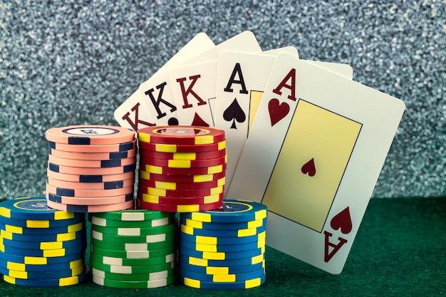 Цветные фишки для игры в казино и покерные карты
