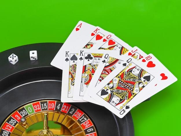 Казино игральные карты на зеленом сукне (фон).