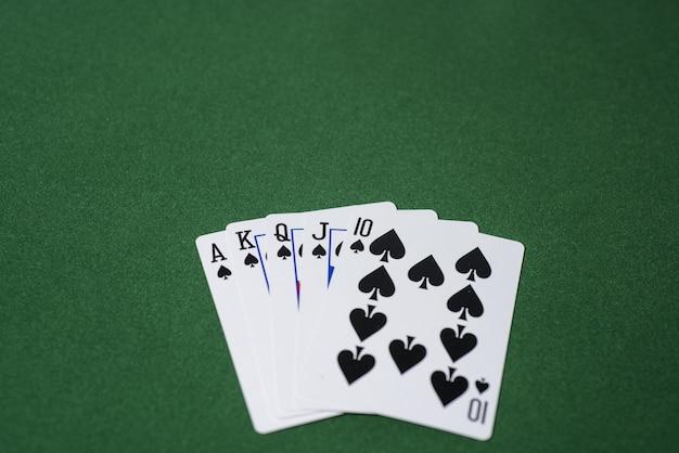 Казино покер на зеленом столе. тема азартных игр