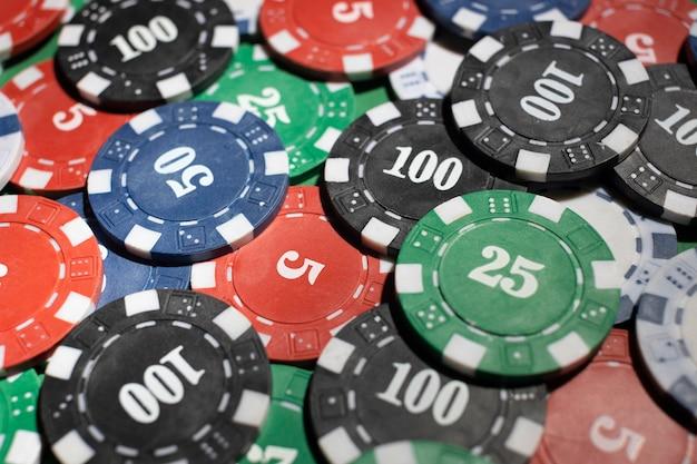 緑の背景にカジノトークン