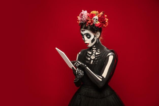 Казино молодая девушка вроде смерти санта-муэрте или сахарный череп с ярким макияжем