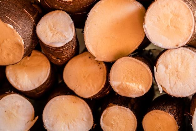 Маниока, также называемая маниока, юка, балингой, могу, мандиока, камотенг кахой, тапиока и корень маниока, древесный кустарник семейства euphorbiaceae, произрастающий в южной америке.