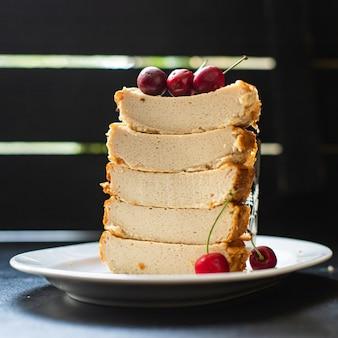 テーブルの上のキャセロールコテージチーズプディング牛またはヤギのミルクケーキ健康食品食事スナック