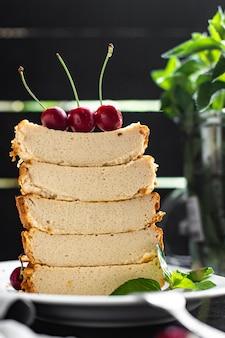 テーブルの上のキャセロールカッテージチーズプディングミルクケーキ食事スナックコピースペース食品背景