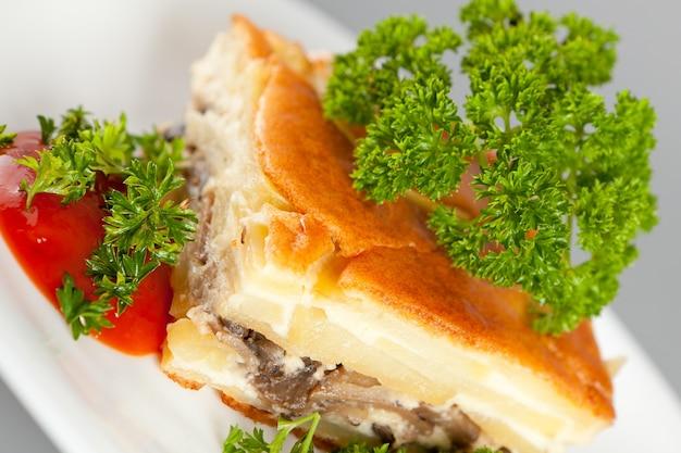 Запеканка с грибами, мясом и специями.