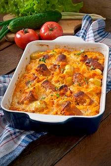 Запеканка с колбасой, беконом и яблоками в тыквенно-сырном соусе