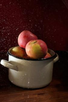 テーブルの上に若いリンゴとキャセロール、新しい収穫。