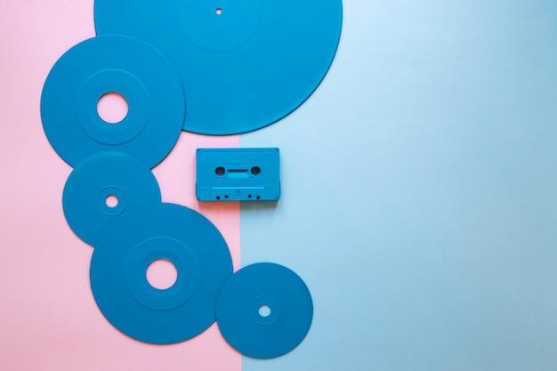 Cassetta vicino a vari dischi